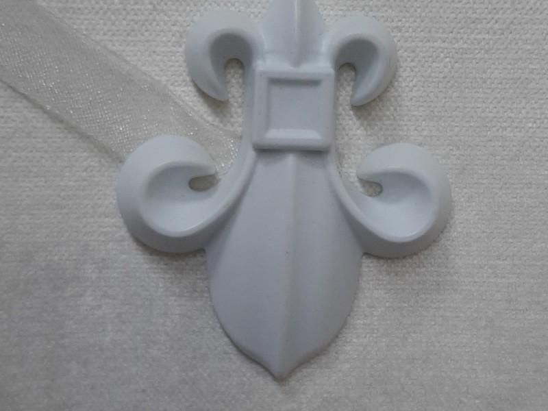 Магнит для штор Лилия с лентой, цвет белый